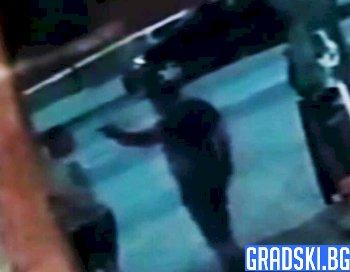 Бивш военен опря пистолет в челото на младеж