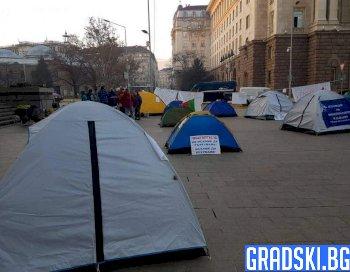 Палатков лагер пред Министерски съвет опънаха протестиращите медици