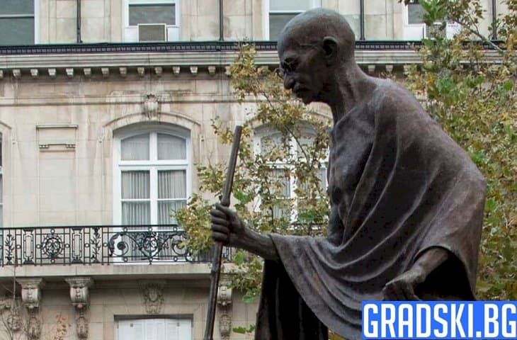"""Призоваха за сваляне на статуята на """"расиста"""" Ганди в Лестър"""