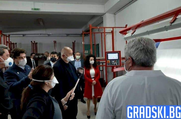 Бойко Борисов посети завод за защитно облекло във Враца