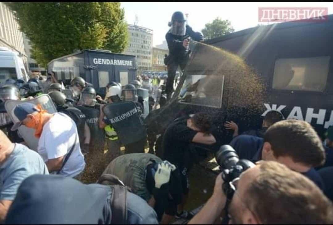 полицията пръска протестиращите